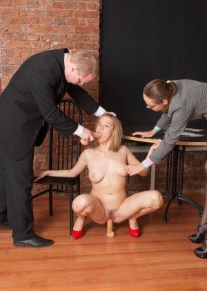 Озабоченный бос со своей секретаршей занимается развратом с незнакомкой - фото 3