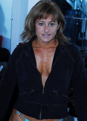 Тело этой женщины очень атлетично - она занимается бодибилдингом, но и про секс не забывает - фото 1