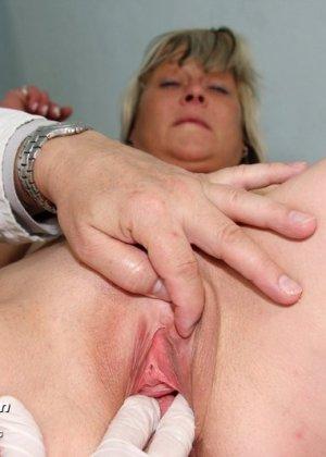 Зрелой женщине даже нравится, когда мужчина-гинеколог устраивает ей тщательный осмотр - фото 8