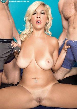 Опытная блондинка попадает в руки двух возбужденных молодых мужчин и дает им себя трахать - фото 9