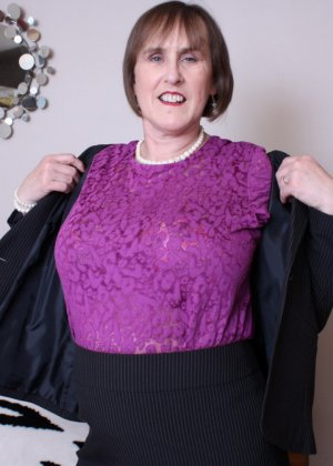 Британская зрелая женщина показывает себя, но старается сохранить некоторую загадку - фото 5