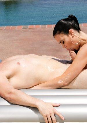 Красивая женщина делает эротический массаж на природе, ее умению может позавидовать любая путана - фото 5
