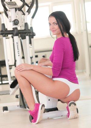 Сексуальная брюнетка занимается спортом, а затем раздевается и показывает свое стройное тело - фото 6