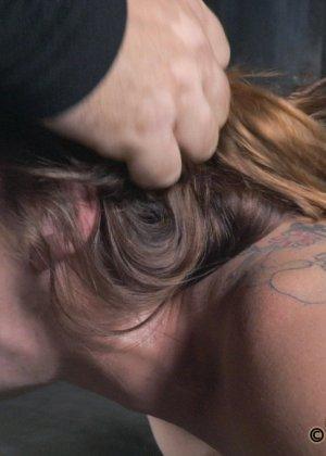 Девушка оказывается прикована и обездвижена, поэтому с ней делают всё, что хотят - фото 9