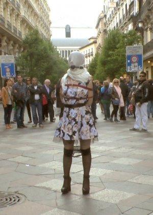 Развратная девушка ходит голая по улицам города с мешком на голове - фото 8