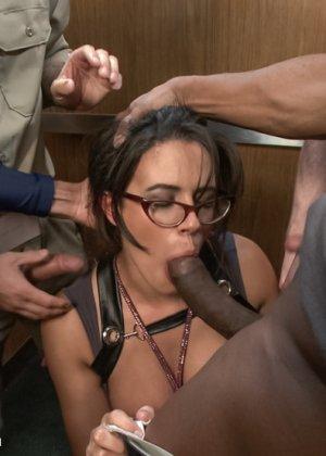 Групповая оргия одной девушки с толпой озабоченных мужиков - фото 3