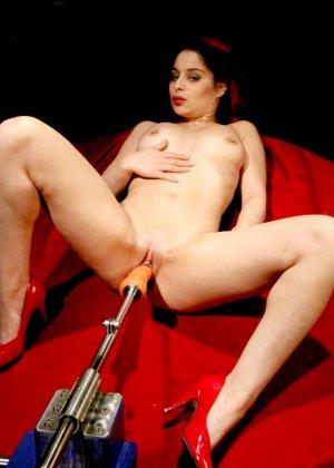 Секс-машина удовлетворяет похотливую самочку, которая с давних времен мечтает получить яркий оргазм - фото 4