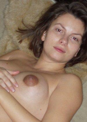 Беременная телка с небритой киской показывает свою грудь - фото 4