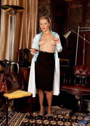 Сочная медсестра занимается мастурбацией своей промежности у себя в кабинете - фото 3