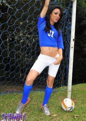 Горячая футболистка когда сняла с себя трусики оказалась вовсе не девушкой - фото 3