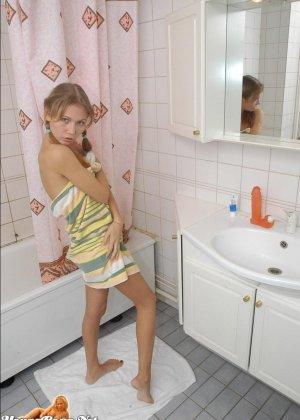 Молоденькая телочка изучает свое тело и вставляет большой фаллос в нежную пизденку - фото 1