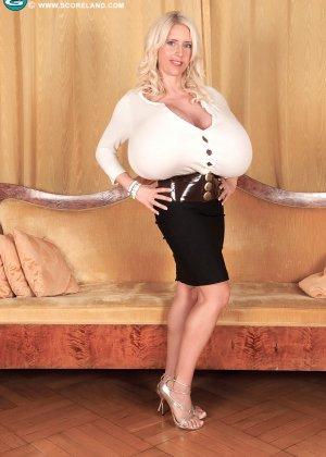 Блондинка с не натуральной грудью вывалила её на осмотр фотографу - фото 2