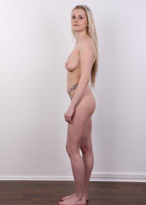 Послушная блонда в татушках вертится перед камерой, как этого от нее требуют - фото 11