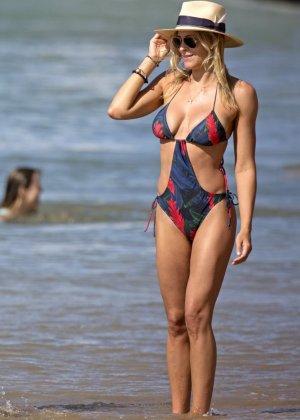 Британи Даниэль и Синтия Даниэль прогуливаются по берегу моря в купальниках, показывая свои фигурки - фото 6