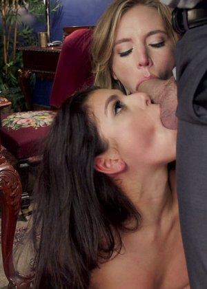 Две девушки соглашаются на нестандартный секс с мужчиной, который с удовольствием трахает их поочередно - фото 7