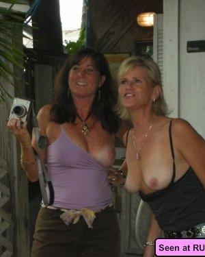 Девки с удовольствием показывают свои огромные сиськи, а мужики не могут оторваться от них - фото 1