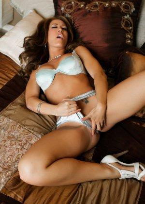 Капри Каванни демонстрирует сексуальное тело в соблазнительном белье и играет с вибратором - фото 7