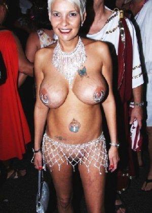 Подборка девушек которые ходят с открытой грудью в публичных местах - фото 7