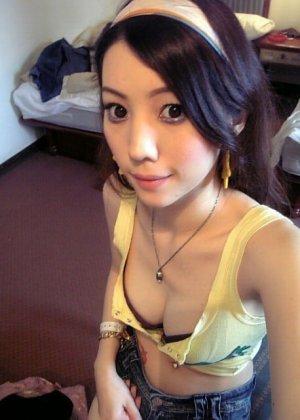 Азиатская худая девушка соблазнительно снимает с себя белье - фото 11