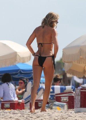 Девушки с аппетитными формами и в сексуальных купальниках ходят по пляжу - фото 9