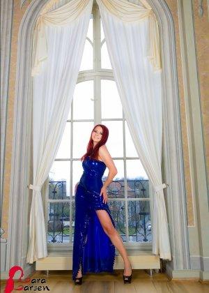 Лара Ларсен показывает себя, позируя в длинном синем платье и не снимает его, специально дразня - фото 1