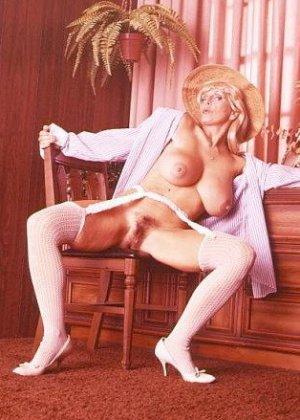 Ретро снимки понравятся тем, кто любит большие буфера и захочет рассмотреть опытную дамочку - фото 10