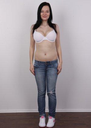 В чешском кастинге девушка решает показать всю себя без одежды и не стесняется камеры - фото 3