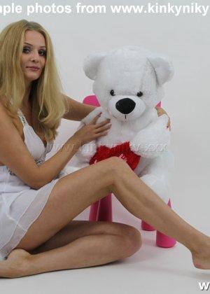 Не опытная блондинка трахает себя длинным пальчиком в попку - фото 13