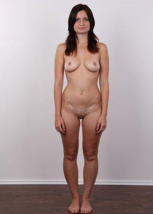 Чешская девушка с упругими сиськами на порно кастинге позирует голенькой - фото 10
