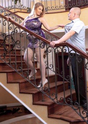 Горячая беременная блондинка быстро соблазняет мужчину и он с удовольствием трахает ее - фото 2