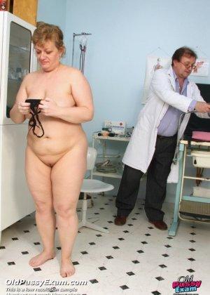 Женщина соглашается на полный осмотр – она готова раздвинуть ноги перед развратным доктором - фото 15