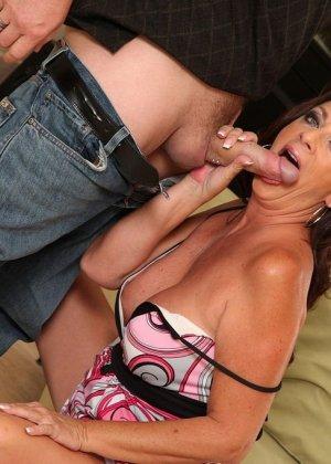 Зрелая брюнетка с большой грудью занимается сексом в любимых позах - фото 3