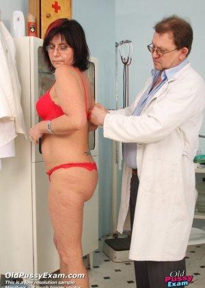 Врач-гинеколог устраивает полный осмотр зрелой женщине – похоже, что она получает от этого удовольствие - фото 2