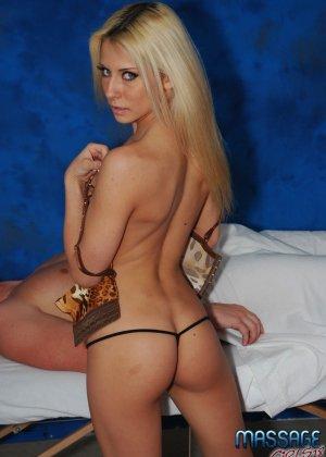 Крашеная блондинка работает в салоне эротического массажа, она пользуется особым спросом - фото 9