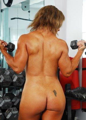 Тело этой женщины очень атлетично - она занимается бодибилдингом, но и про секс не забывает - фото 10