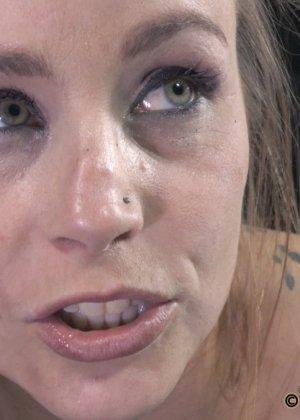 Девушка оказывается прикована и обездвижена, поэтому с ней делают всё, что хотят - фото 2