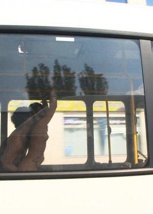 Парнишка начал жарить её в автобусе а после вывез в лес и кончил на грудь - фото 15