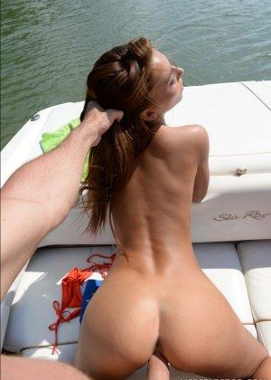 Рыжая Алексис Брилл заплатила капитану катера за морскую прогулку, пососав ему хуй и трахнувшись с ним в пизду - фото 10