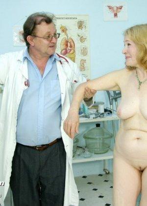 Женщина приходит к врачу, чтобы позволить осмотреть себя с ног до головы – ей это даже нравится - фото 15