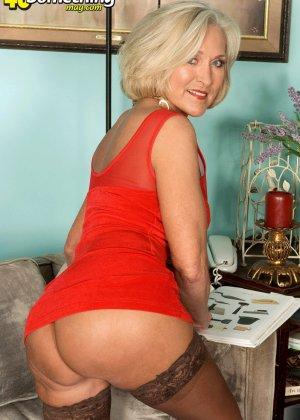 Женщина в преклонном возрасте показывает свое хорошее тело - фото 4- фото 4- фото 4