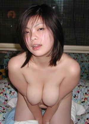 Китайская красотка в ванной совращает зрителей своими формами - фото 11