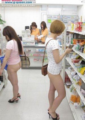 Японские лесбиянки на публике в магазине занимаются развратным делом - фото 4