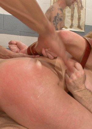 Зрелая киска ебется с парнями которые любят жескую оргию со зрелой - фото 20