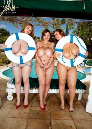 Три жирных, сисястых лесбиянки с налаждением ласкают друг друга в бассейне - фото 4