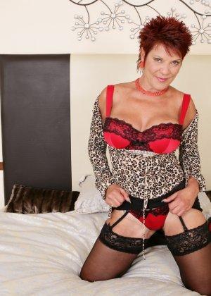 Горячая зрелая женщина показывает свое немолодое тело - она еще очень сексуальна - фото 6