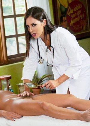 Симпатичная врачиха показывает пациентке, как можно расслабиться и самостоятельно получить удовольствие - фото 4