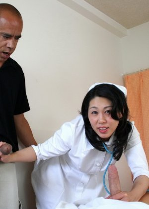 Китайская медсестра увлеклась рабочим процессом и случайно трахнулась с главврачом и пациентом - фото 3