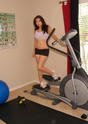 Девушка занимается спортом, а затем решает устроиться на коврике и ласкать свое аппетитное тело - фото 2
