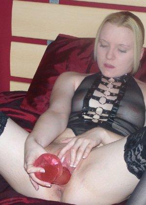 Горячая девочка в красивых чулках  сует себе в пизду секс  игрушку - фото 7