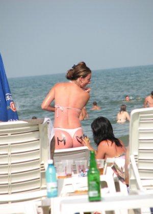 Галерея собрала в себе множество фотографий отдыхающих на пляже девушек - можно насладиться их красотой - фото 12